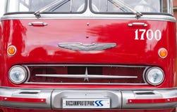 St Petersburg Ryssland September 17, 2016: Gammal röd offentlig buss för element i St Petersburg, Ryssland arkivbild