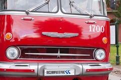 St Petersburg Ryssland September 17, 2016: Gammal röd offentlig buss för element i St Petersburg, Ryssland arkivfoto