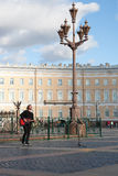 St Petersburg Ryssland-September 09,2016: Gatamusikern spelar på gatan av St Petersburg Arkivbilder