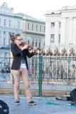 St Petersburg Ryssland-September 09,2016: Gatamusikern spelar på gatan av St Petersburg Royaltyfri Bild
