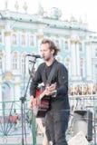 St Petersburg Ryssland-September 09,2016: Gatamusikern spelar på gatan av St Petersburg Arkivfoto