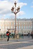 St Petersburg Ryssland-September 09,2016: Gatamusikern spelar på gatan av St Petersburg Royaltyfri Fotografi