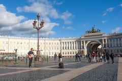 St Petersburg Ryssland-September 09,2016: Gatamusikern spelar på gatan av St Petersburg Fotografering för Bildbyråer