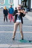 St Petersburg Ryssland-September 09,2016: Gatamusikern spelar på gatan av St Petersburg Arkivbild