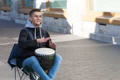 St Petersburg Ryssland-September 09,2016: Gatamusikern spelar på gatan av St Petersburg Royaltyfria Bilder