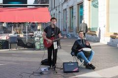 St Petersburg Ryssland-September 09,2016: Gatamusikern spelar på gatan av St Petersburg Royaltyfri Foto