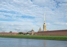 St Petersburg Ryssland September 10, 2016: Panorama av den Peter och Paul fästningen Klockatornet av domkyrkan Tusen dollar-herti Royaltyfri Foto
