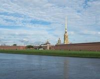 St Petersburg Ryssland September 10, 2016: Panorama av den Peter och Paul fästningen Klockatornet av domkyrkan Tusen dollar-herti Royaltyfri Bild
