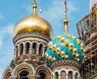 St Petersburg Ryssland - September 10, 2017: Sikt av kupolen av frälsaren på blod i St Petersburg Arkivfoton