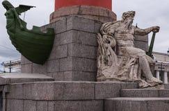 St Petersburg Ryssland September 17, 2016: Skulptera på de Rostral kolonnerna på som spottas av den Vasilievsky ön St Petersburg, Fotografering för Bildbyråer