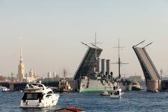 St Petersburg Ryssland - SEPTEMBER 21,2014: Towage av kryssaren Royaltyfria Foton