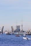 St Petersburg Ryssland - SEPTEMBER 21,2014: Towage av kryssaren Royaltyfria Bilder