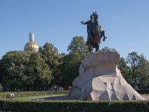 St Petersburg Ryssland Septembert 12, 2016: Monumentet till Peter I st för domkyrkacupolaisaac petersburg russia s saint Arkivbilder