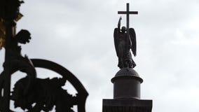 ST PETERSBURG RYSSLAND: Skulptur av ängeln med ett kors på Alexander Column på slottfyrkanten stock video