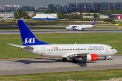 St Petersburg Ryssland - 08/16/2018: Spruta ut trafikflygplanet Boeing 737-700 SAS skandinaviska flygbolag LN-TUF i Pulkovo arkivfoton