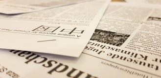 ST PETERSBURG RYSSLAND: Tidningar i kines är på tabellen i massa på Februari 02, 2019 arkivbild