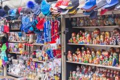 ST PETERSBURG RYSSLAND - 2017 traditionella ryska matryoshkas som bygga bo dockor på skärm i en souvenir, shoppar i kanal Arkivfoto