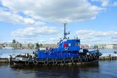 St Petersburg, Schlepper am Pier Lizenzfreies Stockfoto