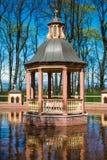 St Petersburg sight i sommarträdgårdberså i cirkeln av vatten Arkivfoto