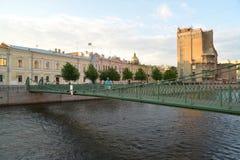 St Petersburg Sikt av den inställda Pochtamtsky bron till och med Royaltyfri Fotografi
