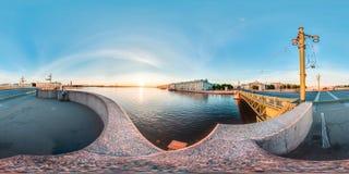 St Petersburg - 2018: Sikt av Nevaen från slottbron vita nätter blå sky sfärisk panorama 3D med 360 beskåda a Royaltyfri Bild