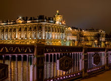 St Petersburg Sikt av vinterslotten från slottbron färglinje nattfotografi Royaltyfri Bild