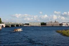 St Petersburg sikt från Peter och Paul Fortress över Nevaen och slottinvallningen Arkivbild