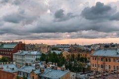 St Petersburg sikt från taköverkant St Petersburg cityscape, dramatiska moln, gamla byggnader, berömt turist- ställe Royaltyfri Fotografi