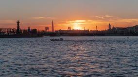 St Petersburg Sonnenuntergang auf dem Neva-Fluss stock footage