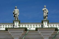 St Petersburg, Statuen auf dem Dach des Palastes lizenzfreies stockbild
