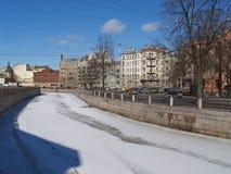 St Petersburg Terraplén del río de Karpovka en la primavera Fotografía de archivo libre de regalías