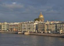 St Petersburg, terraplenagem de Admiralteyskaya na noite Foto de Stock Royalty Free