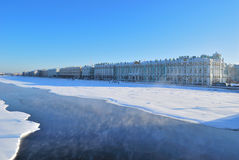 St Petersburg. Terraplenagem do palácio no inverno Fotografia de Stock