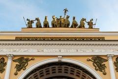 St Petersburg Triomfantelijke boog van Algemeen Personeel die op Paleisvierkant voortbouwen Royalty-vrije Stock Afbeelding