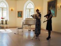 St Petersburg Vår 2017 En duett av unga sångare utför på konserten royaltyfria foton