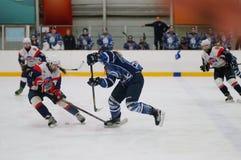 St. Petersburg van de gelijkedinamo van het vrouwenijshockey versus Biryusa Krasnoyarsk stock foto
