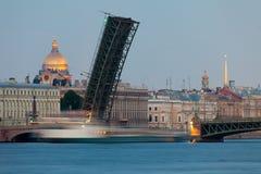 St Petersburg vit på nätterna Arkivbilder