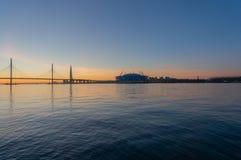 St Petersburg, Wiews au golfe illumin? par les lumi?res multicolores la nuit photos libres de droits