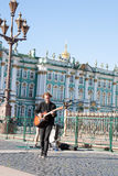 St Petersburg, wrzesień 09,2016: Ulica muzyk bawić się na ulicie St Petersburg Obrazy Stock