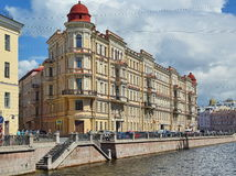 St- Petersburghaus auf dem Kanal Griboyedov stockbild