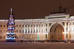 ST PETERSBURGO - 21 DE DEZEMBRO: Árvore de Natal e construção do estado maior geral no quadrado do palácio, o 21 de dezembro de 2 Imagem de Stock