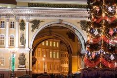 ST PETERSBURGO - 21 DE DEZEMBRO: Árvore de Natal e construção do estado maior geral no quadrado do palácio, o 21 de dezembro de 2 Imagem de Stock Royalty Free