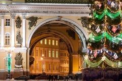 ST PETERSBURGO - 21 DE DICIEMBRE: Árbol de navidad y edificio del estado mayor general en cuadrado del palacio, el 21 de diciembr Fotos de archivo