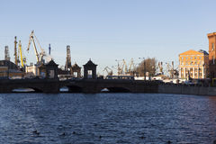 ST PETERSBURGO, RÚSSIA - 8 DE DEZEMBRO DE 2015: Foto do rio de Fontanka e dos estaleiros de Admiralty Foto de Stock Royalty Free