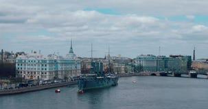 ST PETERSBURGO, RÚSSIA - 29 de junho de 2017: A Aurora revolucionária legendária do cruzador do navio-museu no rio de Neva em Sai filme