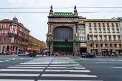 ST PETERSBURGO, RÚSSIA - 14 DE JUNHO DE 2015: Emporium de Eliseyev em StPetersburg Fotos de Stock Royalty Free