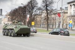 ST PETERSBURGO, RÚSSIA - 9 DE MAIO: passagem do equipamento militar após a parada em ruas da cidade, RÚSSIA - 9 de maio de 2017 E Fotografia de Stock