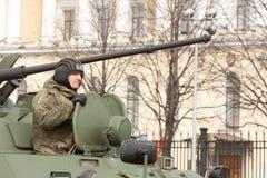 ST PETERSBURGO, RÚSSIA - 9 DE MAIO: passagem do equipamento militar após a parada em ruas da cidade, RÚSSIA - 9 de maio de 2017 E Foto de Stock Royalty Free