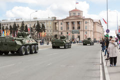 ST PETERSBURGO, RÚSSIA - 9 DE MAIO: passagem do equipamento militar após a parada em ruas da cidade, RÚSSIA - 9 de maio de 2017 E Fotografia de Stock Royalty Free