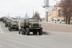 ST PETERSBURGO, RÚSSIA - 9 DE MAIO: passagem do equipamento militar após a parada em ruas da cidade, RÚSSIA - 9 de maio de 2017 E Imagem de Stock